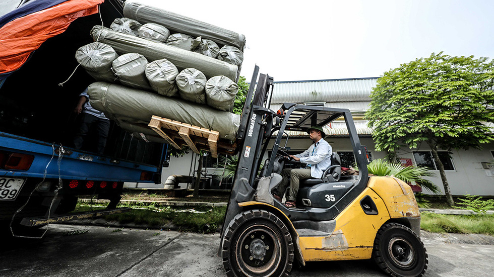 Material material boxes imported from France are loaded and unloaded into the warehouse of Hung Ha veston factory - May 10